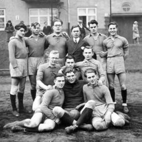 Unvergessene Heroen in Schnürhemden. Die allererste 1. CHC-Männermannschaft von 1929 auf ihrem Heimat-Schotterplatz, dem sogenannten